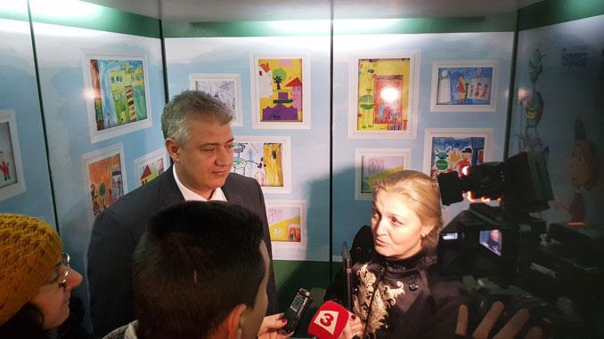 """От 22.12.2017 г. пациенти и посетители на столичната болница """"Пирогов"""" могат да ползват асансьори превърнати в """"Пътуващи картинни галерии"""". От 22.12.2017 г., три от основни""""Пътуващи картинни галерии"""" – в """"Прирогов""""а началните училища."""